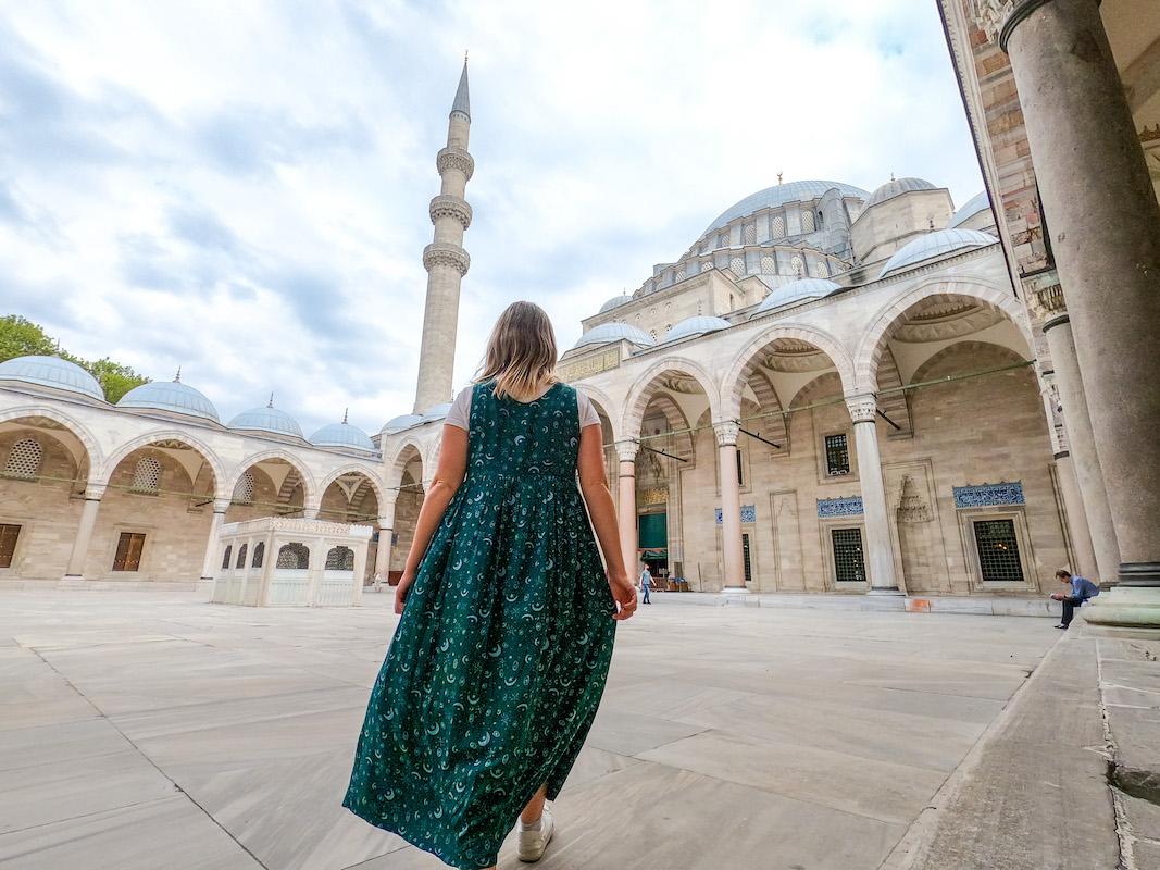 ellie quinn outside Suleymaniye mosque, istanbul itinerary 4 days, istanbul 4 day itinerary, 4 days in Istanbul