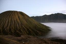 il piccolo vulcano di fronte al Bromo