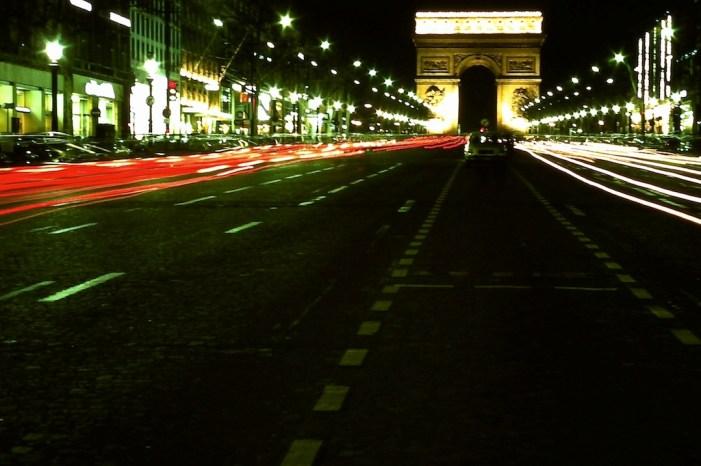 Les Champs Elysse et l'Arc de Triomphe a la nuit (2)