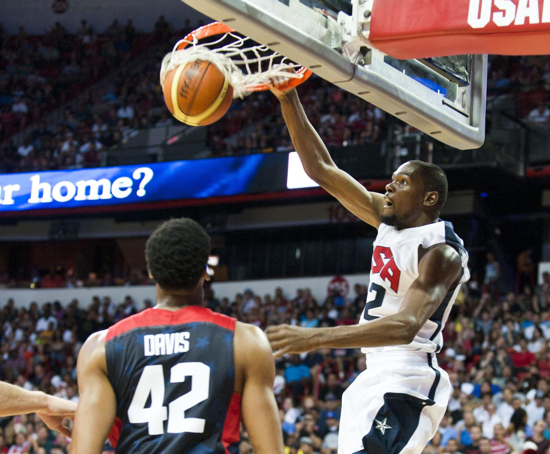 Kevin_Durant_dunks_USA_basketball_2015_140801-F-AT963-843