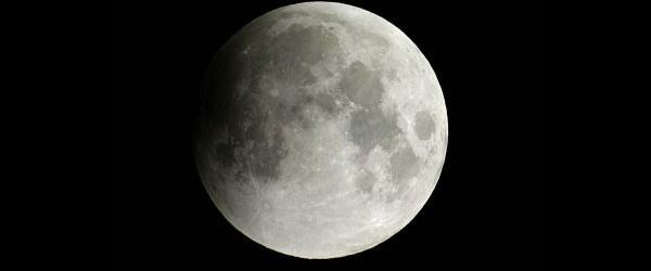 El 28 de noviembre de 2012, la Luna se deslizará a través pálida sombra exterior de la Tierra o la penumbra, dando lugar a un eclipse lunar penumbral.  Un eclipse lunar penumbral ocurre cuando la Tierra se mueve entre el Sol y la Luna, pero los tres cuerpos celestes no forman una línea recta.  La Tierra gira alrededor del Sol y la Luna gira alrededor de la Tierra.  Durante la luna llena, la Tierra pasa aproximadamente entre luna y sol.  Primer contacto penumbra se producirá a las 12:15 UTC (7:15 am EST).  Un eclipse penumbral débil de la Luna se produce antes y / o durante el amanecer la mañana del miércoles para el oeste de América del Norte.  Usted debe buscar un ...