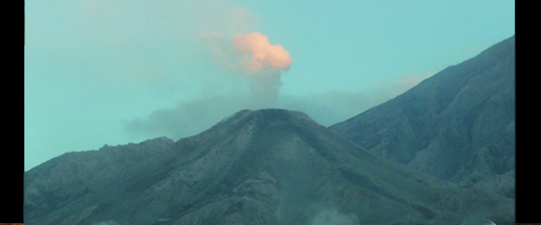 Una nube pequeña erupción se observó en el volcán Santiaguito en Guatemala el 11 de enero de 2013.  INSUVIMEH informó explosiones en el cono del cráter, acompañado de columnas de vapor y finas columnas de ceniza de hasta 3300 metros, moviéndose al oeste-suroeste.  4 flujos de lava del domo de lava fueron observadas y algunas explosiones más fuertes con ocasionales flujos piroclásticos pequeños.  INSIVUMEH informó que durante 2 a 3 en las explosiones de Santiaguito Santa María de lava-domo producida columnas que se alzaban 300 m.  Durante enero 2-4, el frente de lava-flow en el flanco S era incandescente porque avalanchas expuesto el interior caliente.  La explosión de una débil fue detectada el 4 de enero.  Las explosiones durante 5 a 8 en producir penachos de ceniza que ...