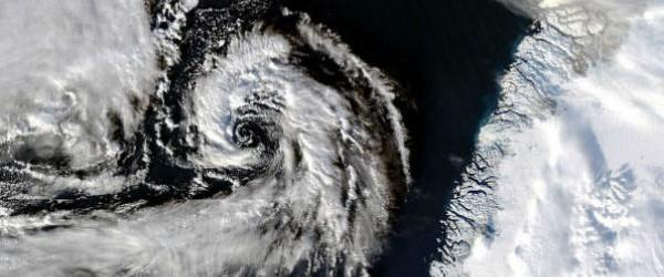 """Diez días después de una tormenta severa fueron sometidos a un proceso de rápida intensificación sobre el Océano Pacífico Norte, golpeando las Islas Aleutianas de Alaska occidental, con vientos huracanados y olas altas, otro sistema de tormentas grave está ocurriendo ahora mismo en las aguas abiertas del Atlántico Norte.  Durante los últimos días, los meteorólogos en el Centro de Predicción Océano (OPC) han estado destacando la probabilidad de un evento """"explotar"""" la tormenta que está sucediendo ahora, al sur de Islandia.  La tormenta ha intensificado suficiente para ser más fuerte que el huracán arena era, según lo medido por la presión de aire mínima central.  La presión más baja registrada durante el desarrollo de Sandy ..."""