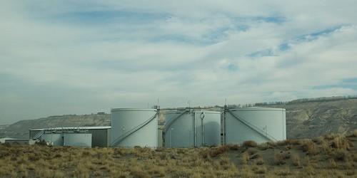 Sitio nuclear de Hanford en el centro-sur del estado de Washington, el complejo ahora dado de baja producción nuclear y la planta nuclear más contaminada en Estados Unidos, está en las noticias otra vez.  A pesar del programa de estabilización de residuos radiactivos en 2005 para eliminar la mayoría de los líquidos vulnerables sola concha tanques, un tanque de envejecimiento ha estado filtrando.  Esta revelación vino de las autoridades federales el pasado Viernes, 15 de febrero 2013 que descubrió chapuzón en el volumen de lodos tóxicos en el tanque, lo que sugiere la fuga de hasta 300 galones al año (1.135 litros).  Sede de dos tercios de los altamente radiactivo Latina en materia de residuos, Hanford proyecto producido plutonio para la mayoría de las 60.000 armas en el ...