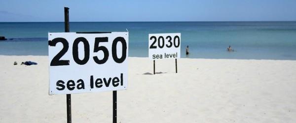 Durante los últimos 100 años, los niveles del mar han estado subiendo.  Varios procesos están en el trabajo por lo que los niveles de crecimiento de los mares no son iguales en todas partes -, mientras que en algunos lugares la tierra se hunde, en el otro va en aumento.  Fuertes corrientes crean pistas en la superficie del mar, y como todas las cosas con masa ejercen una atracción gravitación, las hojas de hielo que desaparecen llevar a una caída en los niveles del mar en sus alrededores.  Mahé Perrette del Instituto Potsdam para la Investigación del Impacto Climático en Alemania, ha modelado todos estos efectos y calcula el nivel local del mar se eleva en 2100 para todo el planeta.  La subida media global se prevé que sea ...