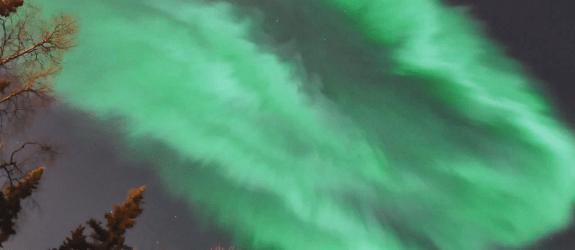 Time-lapse película de la aurora corona que apareció sobre UAF pista de esquí, Fairbanks, Alaska tras fuerte campo magnético de la Tierra CME éxito.  Roja auroras también fue capturado.  (01:54-2:32 am CCTA, 17 de marzo de 2013) Corona Aurora es una forma de aurora en que los rayos convergen en un punto.  Esto indica la posición de cabeza del campo magnético a lo largo de la cual se encuentra el observador.  Para obtener información rápida sobre otras formas y tipos de auroras, su estructura espacial, el comportamiento temporal y más haga clic aquí.  Capturado por Taro Nakai, un investigador de micrometeorología.  Cámara: Nikon D90 Lente: SIGMA 10mm F2.8 EX DC HSM Fisheye Información: 10mm, F/2.8, ...