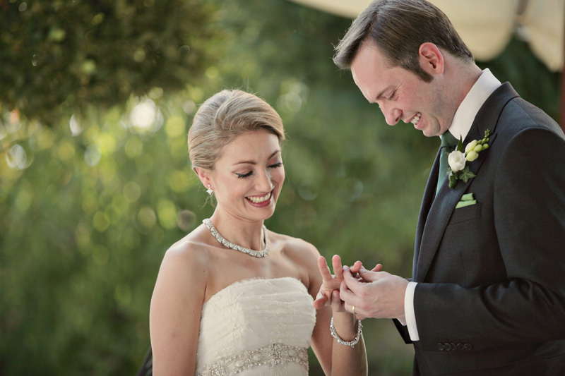 exchange of the rings. ZA Gallery. www.theweddingnotebook.com
