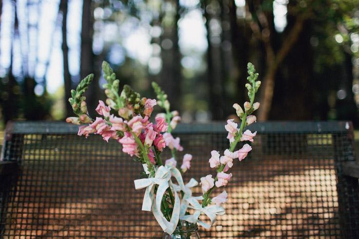 www.theweddingnotebook.com. Photography by Sayher Heffernan. Rustic Peach Wedding