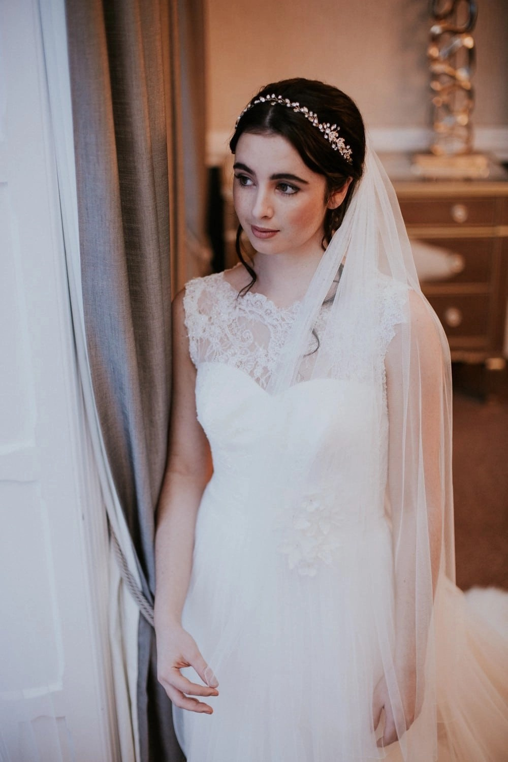 Bride wearing a simple plain wedding veil in fingertip length