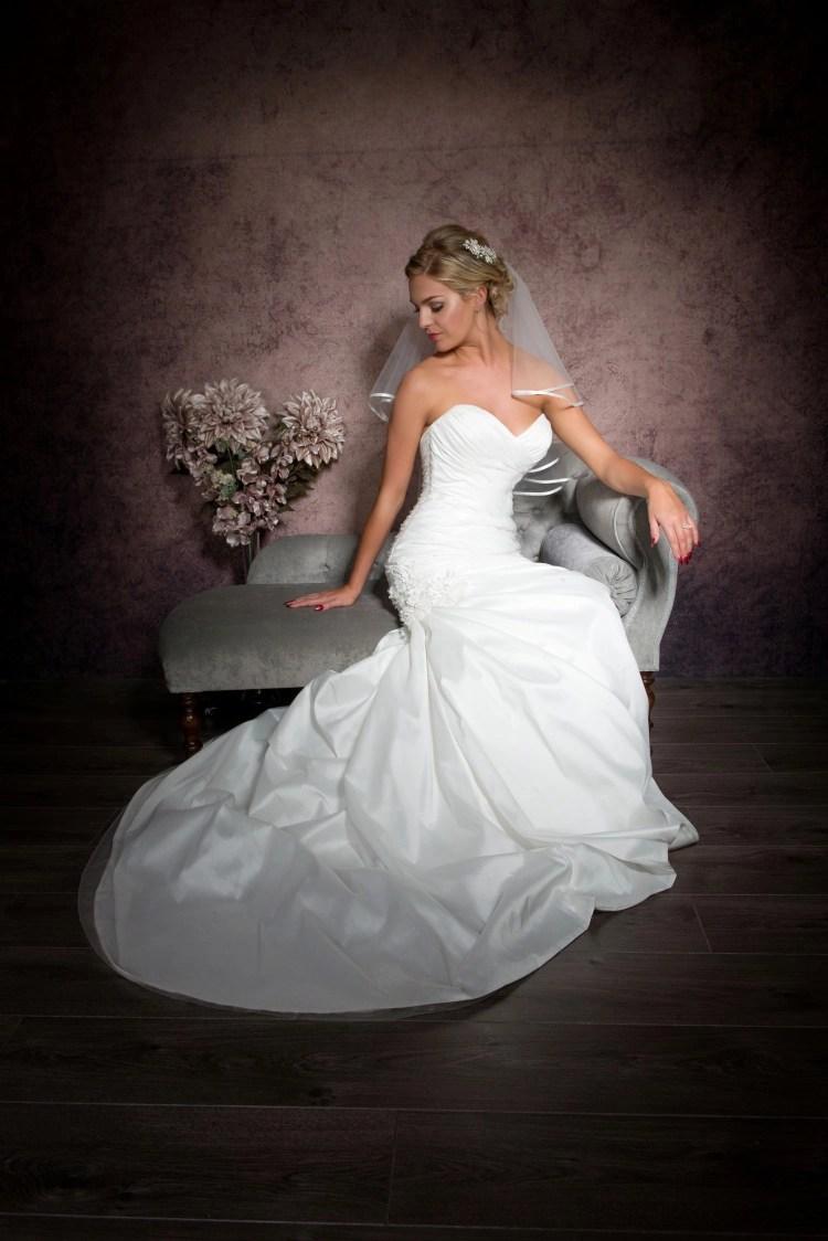 Pretty bride wearing pretty elbow length ribbon edge veil