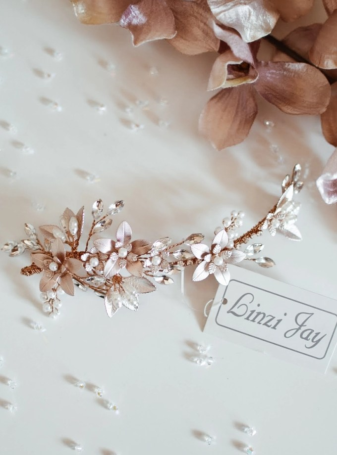 The LP718 is a beautiful hair clip with floral details in a soft blush pink/rose gold shade.