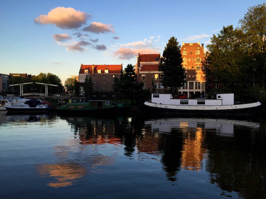 Amsterdam is home to one of the most famous houseboat communities in the world. - Wake up to ducks floating past your bedroom window, then hop on the metro to work! Here are 10 houseboat communities that are in or near cities.