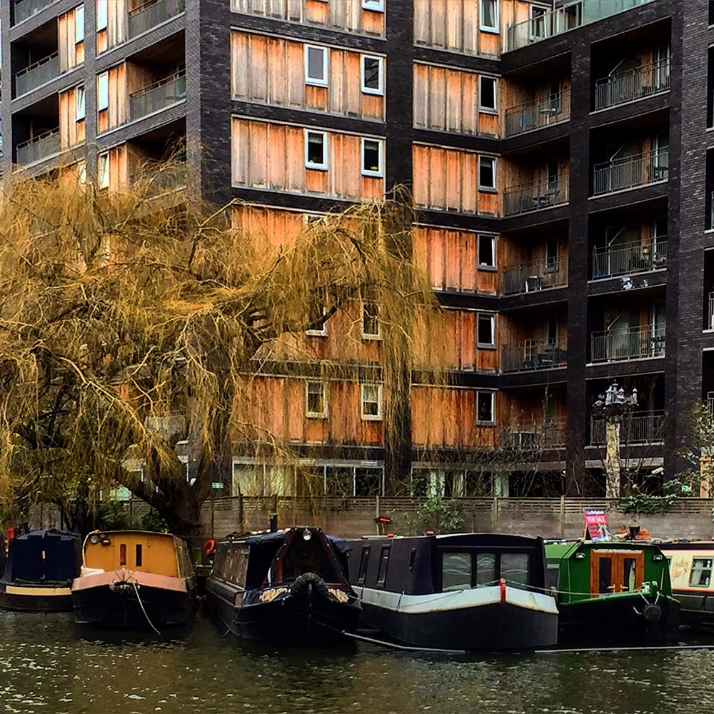 London - Wake up to ducks floating past your bedroom window, then hop on the metro to work! Here are 10 houseboat communities that are in or near cities.