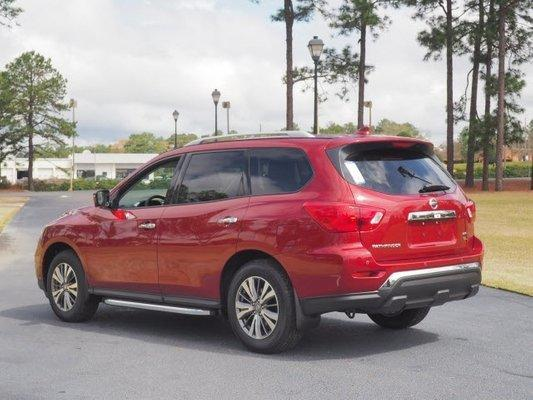 The 2019 Nissan Pathfinder blends into the crowd.