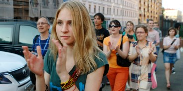 "Youths applaud as they participate in a peaceful protest in Minsk, July 20, 2011. Over recent weeks activists have gathered on Wednesday's in the Belarussian capital Minsk to silently demonstrate against the government in an event called ""Revolution through social networks"". Dozens gathered to take part in the event, with several people detained. REUTERS/Vasily Fedosenko(BELARUS - Tags: POLITICS CIVIL UNREST)"
