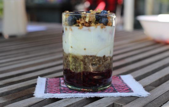 Parfait de yogurt, quinoa y berries