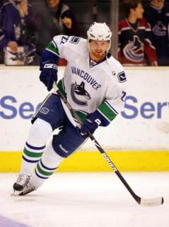 daniel-sedin-skating-for-vancouver-canucks