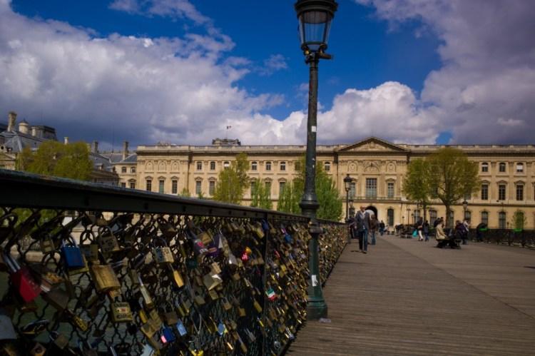 Locks on the Pont des Arts, Paris. Photo:  Inocybe/Piero d'Houin (Own work) [CC BY-SA 3.0