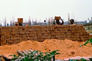 Women at a construction site in New Delhi. Credit: R Barraez D´Lucca/Flickr, CC BY 2.0