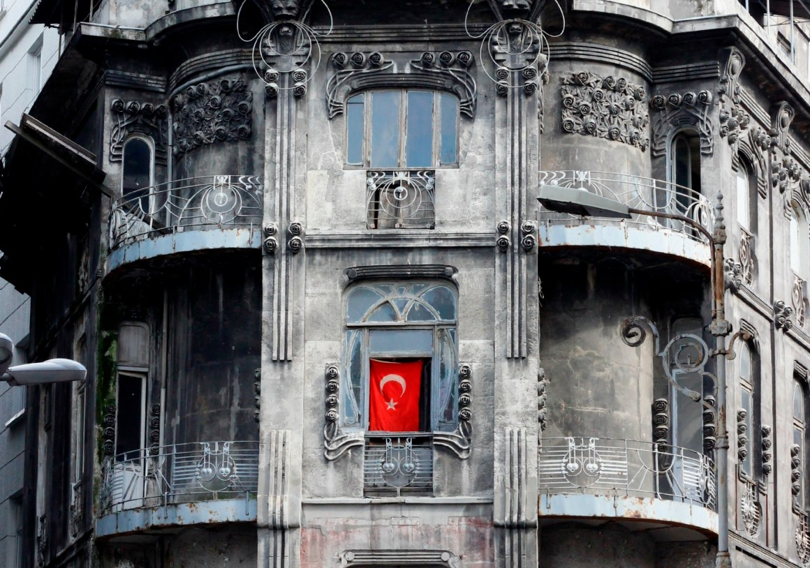 A Turkish flag hangs in the window of a building in Sirkeci, Istanbul. Credit: Richard Ha/Flickr, CC 2.0