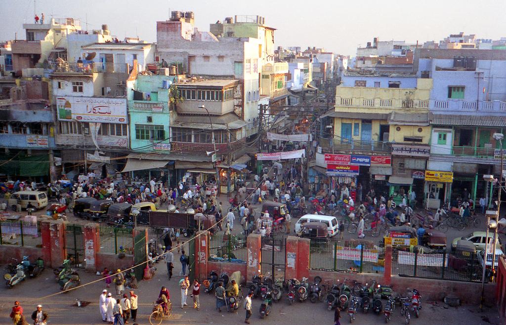 Traffic near Jama Masjid, New Delhi. Credit: ryanready/Flickr, CC BY 2.0
