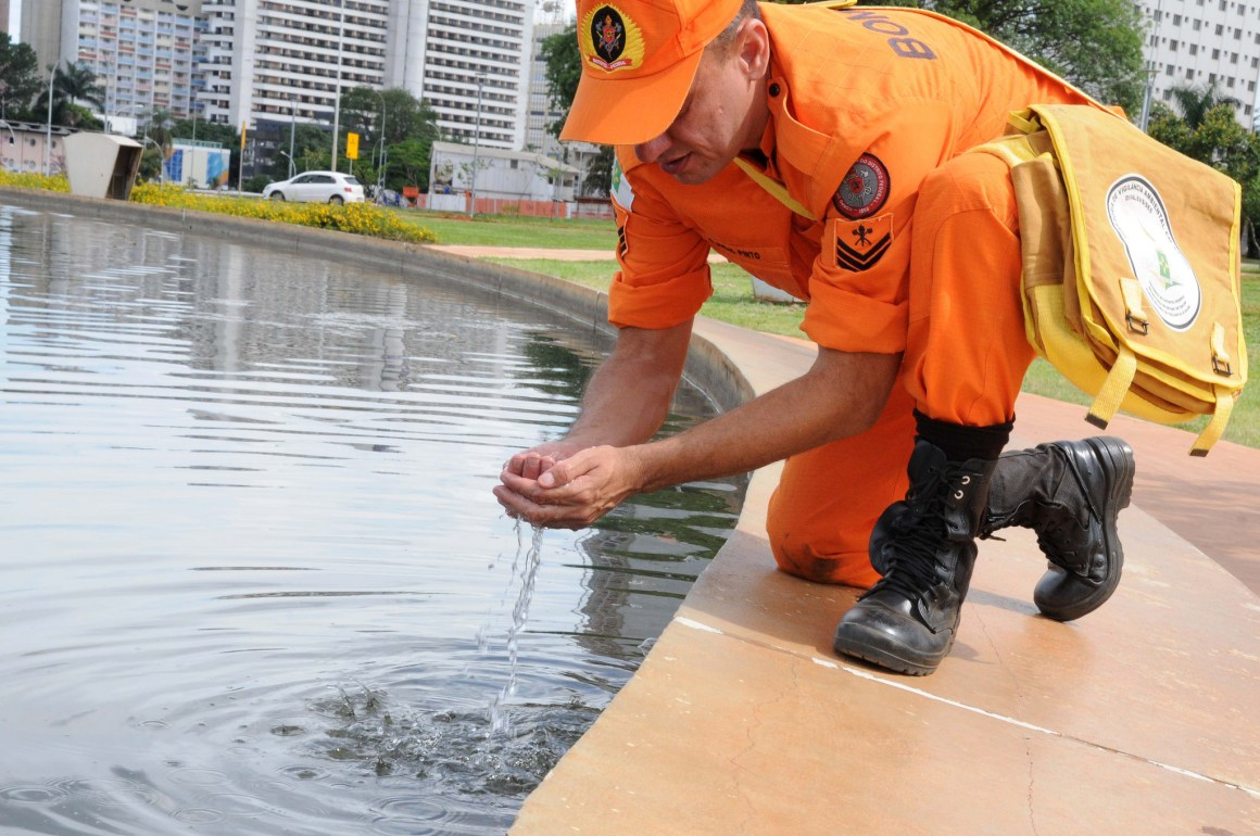 A firefighter involved in a sanitation drive to protect against mosquito-borne diseases in Brasilia. Credit: agenciabrasilia/Flickr, CC BY 2.0