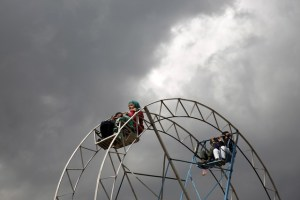 Children ride on a ferris wheel during the celebration for Afghan New Year (Newroz) in Kabul, Afghanistan March 20, 2016. Credir: Reuters/Ahmad Masood/Files