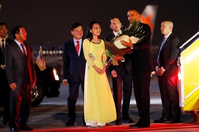 U.S. President Barack Obama receives flowers as he arrives at Noibai International Airport in Hanoi, Vietnam May 22, 2016. Credit: Reuters/Carlos Barria