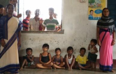 Akida Bano (R) with children at the anganwaadi in Parsa village, Jharkhand. Credit: Jahnavi Sen