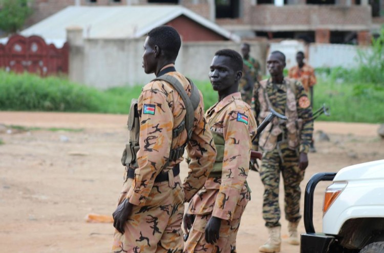 South Sudanese policemen and soldiers stand guard along a street following renewed fighting in South Sudan's capital Juba, July 10, 2016. Credit: Reuters/Stringer