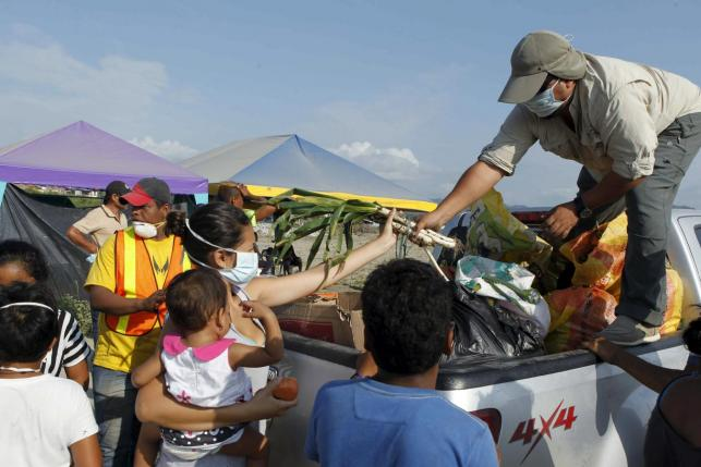 People receive donations from volunteers as rescue efforts continue in Pedernales, after an earthquake struck off Ecuador's Pacific coast, April 20, 2016. Credit: Reuters/Guillermo Granja