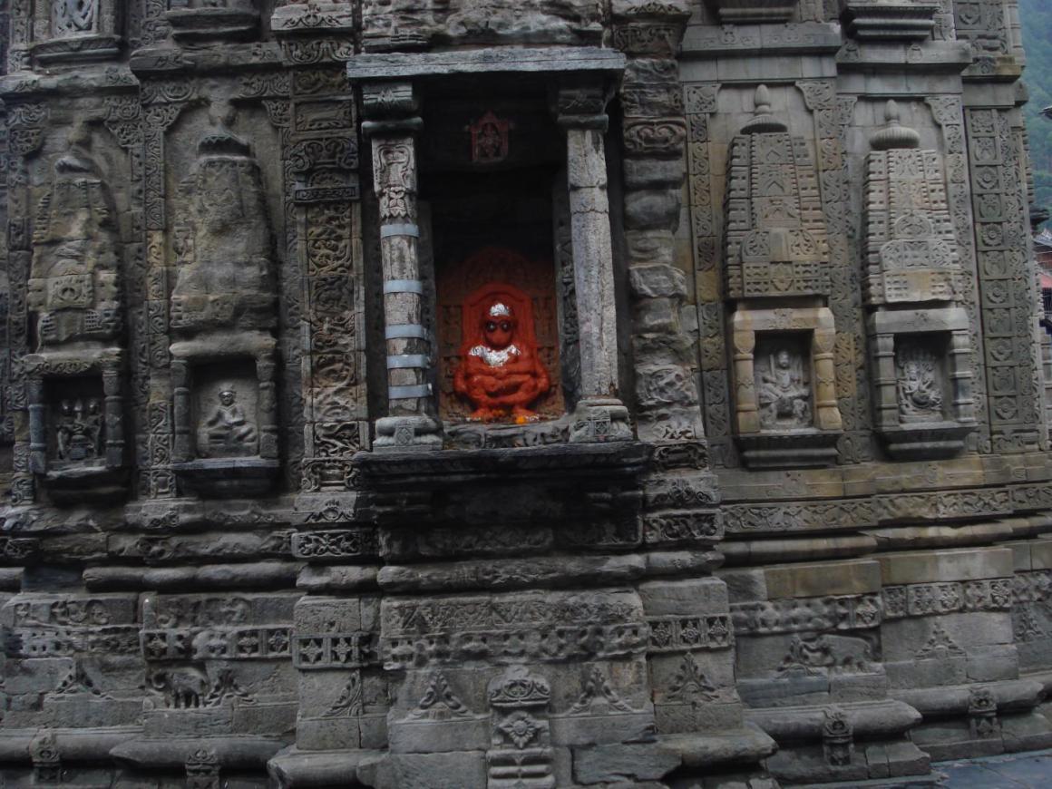 A damaged and clamped pillar at Lakshi Narayan temple, Chamba, Himachal Pradesh. Damage likely to have occurred during the 1555 Kashmir earthquake. Credit: Mayank Joshi