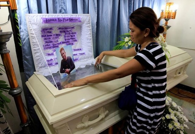 Zendey Celestino views the body of her husband Neptali Celestino, who was killed in a police anti-drugs operation in Pasig city, metro Manila, Philippines September 15, 2016. Credit: Reuters/Romeo Ranoco