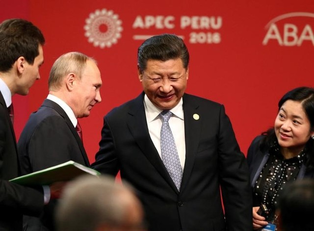 Russian President Vladimir Putin (2nd L) and Chinese President Xi Jinping (C) attend a meeting of the APEC (Asia-Pacific Economic Cooperation) Business Advisory Council in Lima, Peru, November 19, 2016. Credit: Reuters/Mariana Bazo