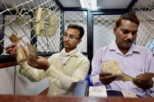 People exchange their old Rs 500 and 1000 notes at a SBI branch in New Delhi. Credit: PTI