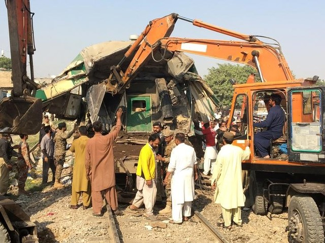 Rescuers workers use heavy machinery on the car of a train which crashed outside Karachi, Pakistan November 3, 2016. Credit: Reuters/Akhtar Soomro