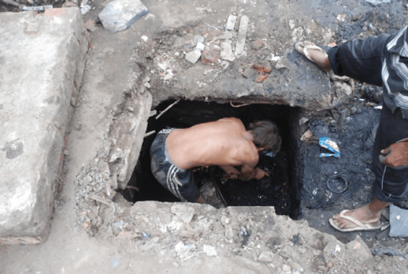 Manual cleaning of septic tank. Credit: Faecal Waste Management in Smaller Cities across South Asia: Getting Right the Policy and Practice