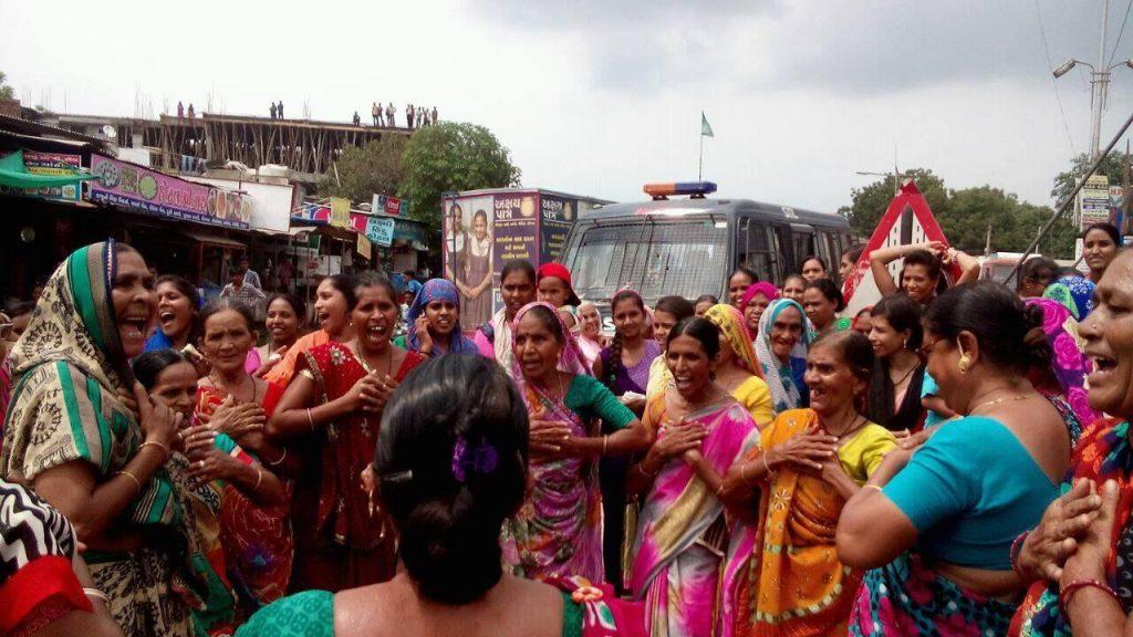 Women protesting at Dholka, Gujarat. Courtesy: Manjula Pradeep/The Ladies Finger