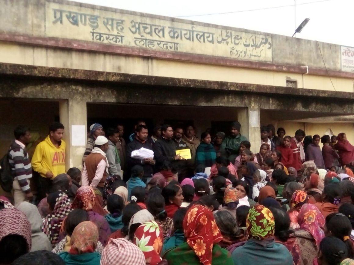 Workers protest outside the Kisko Block Office in Lohardaga, Jharkhand demanding delayed wage payments under MGNREGA. Credit: Nitish Kumar Badal
