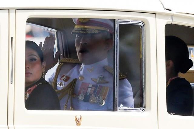 Thailand's new King Maha Vajiralongkorn Bodindradebayavarangkun is seen on his way to the Grand Palace in Bangkok, Thailand, December 2, 2016. Credit: Reuters