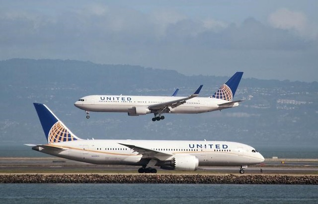 A United Airlines Boeing 787 taxis as a United Airlines Boeing 767 lands at San Francisco International airport, San Francisco, California, US on February 7, 2015. Credit: Reuters