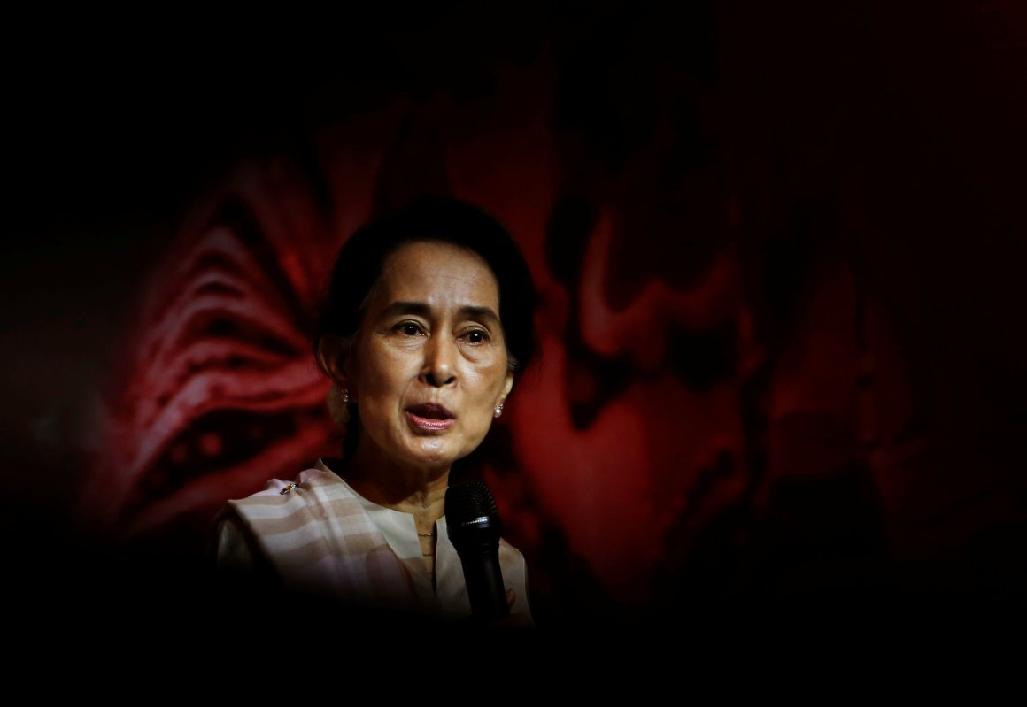 FILE PHOTO: Myanmar's opposition leader Aung San Suu Kyi speaks to the Myanmar community living in Singapore, on the island of Sentosa in Singapore September 22, 2013. Credit: Reuters