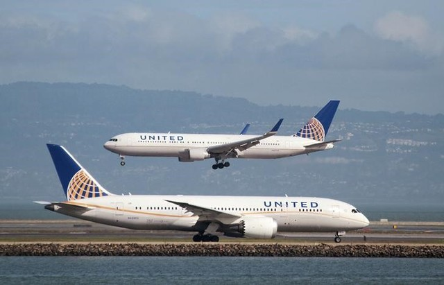 A United Airlines Boeing 787 taxis as a United Airlines Boeing 767 lands at San Francisco International Airport, San Francisco, California, US on February 7, 2015. Credit: Reuters/Louis Nastro/File Photo