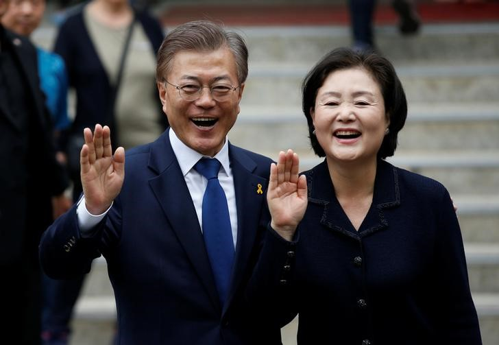 Moon Jae-in, the presidential candidate of the Democratic Party of Korea, and his wife Kim Jung-sook gesture after voting at a polling station in Seoul, South Korea, May 9, 2017. Credit: Reuters/Kim Kyung-Hoon