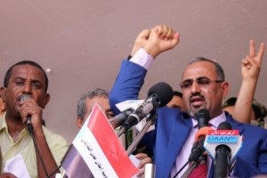 Dismissed governor of the southern Yemeni port city of Aden, Aidaroos al-Zubaidi (R), waves to supporters of the separatist Southern Movement as they demonstrated against recent decisions by President Abd-Rabbu Mansour Hadi that sacked senior officials supported by the United Arab Emirates, including al-Zubaidi in Aden, Yemen May 4, 2017. Credit: Reuters/Fawaz Salman