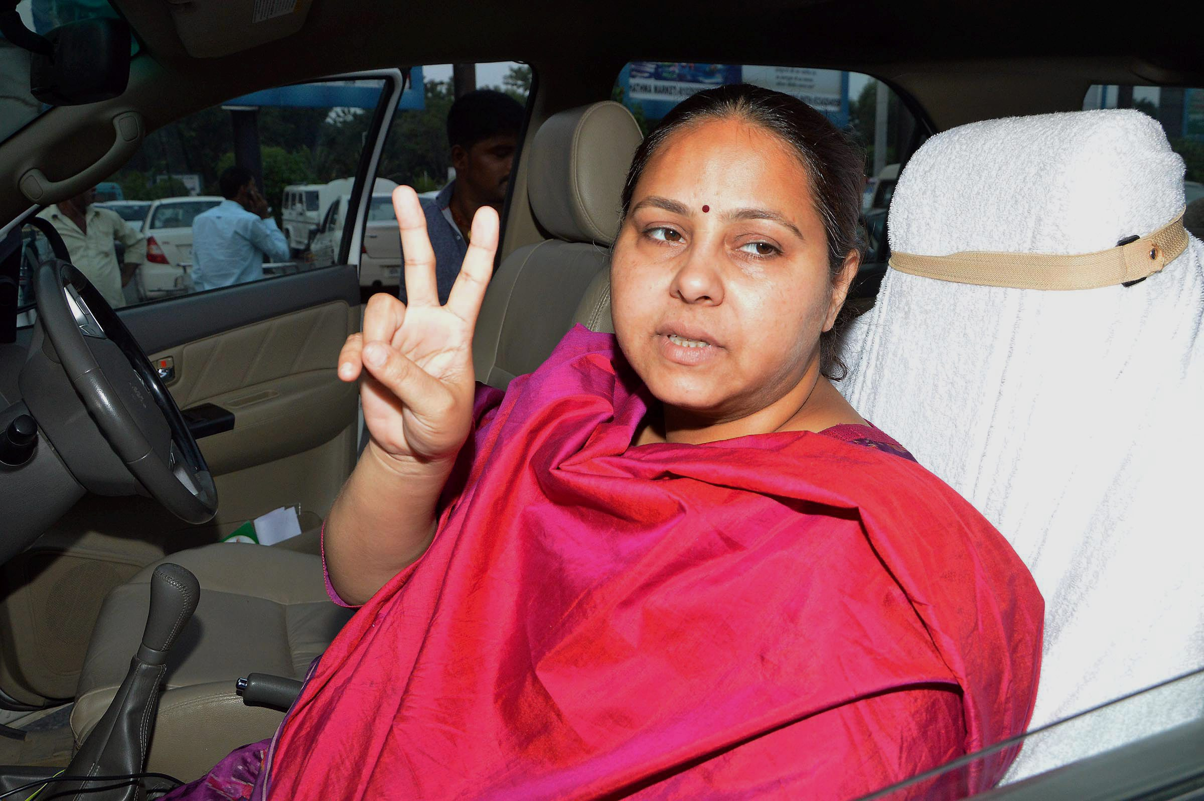 RJD leader Misa Bharti flashing victory after end of campaigning for the fifth phase of Bihar