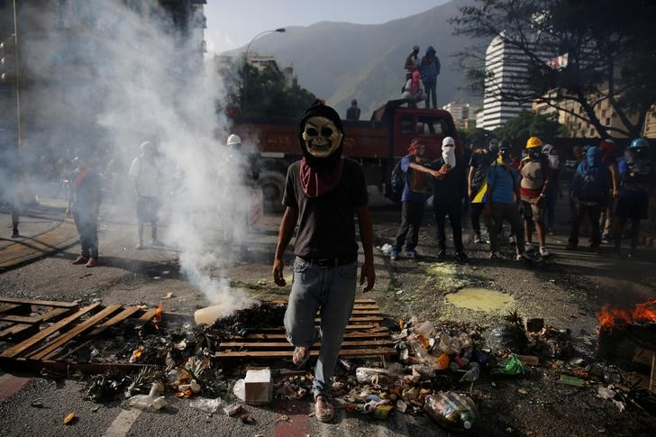 Protesters are seen at a roadblock during a rally against Venezuela's President Nicolas Maduro's government in Caracas, Venezuela June 26, 2017. REUTERS/Ivan Alvarado
