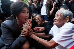 FILE PHOTO: Ousted former Thai prime minister Yingluck Shinawatra greets supporters as she arrives at the Supreme Court for a trial on criminal negligence, which looks into her role in a debt-ridden rice subsidy scheme during her administration, in Bangkok, Thailand, July 7, 2017. Credit: Reuters/Chaiwat Subprasom/File Photo