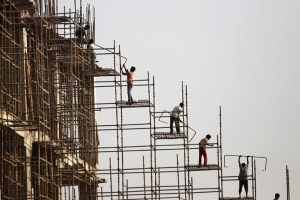 Labourers work at the construction site of a commercial complex in New Delhi November 20, 2013. Credit: Reuters/Anindito Mukherjee/Files