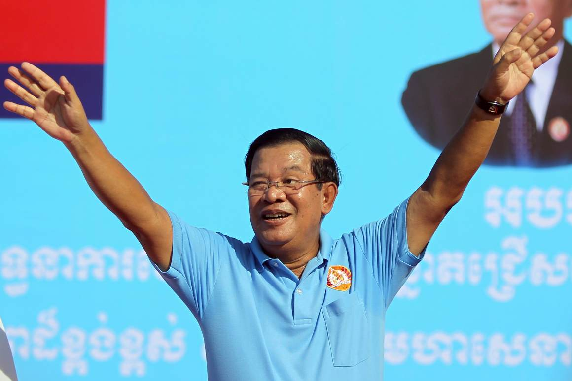 Cambodia's Prime Minister and president of Cambodian People's Party (CPP) Hun Sen waves during a campaign rally in Phnom Penh, Cambodia June 2, 2017. Credit: Reuters/Samrang Pring
